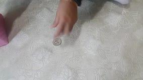 Magiczny przedstawienie nicestwienie moneta przed dziecko kiesą zbiory