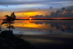 magiczny słońca Jeziorny Pongoma, Północny Karelia, Rosja Zdjęcie Royalty Free