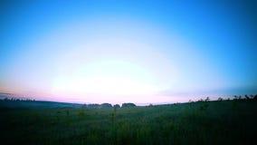Magiczny wschód słońca nad wsią zbiory