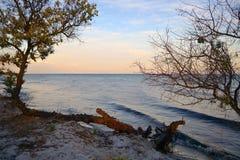 Magiczny zmierzch na opustoszałej wyspie, evening morze obrazy royalty free