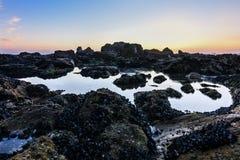 Magiczny zmierzch na skalistej plaży w Porto, Portugalia, Europa zdjęcia stock