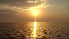 Magiczny zmierzchu seascape i słońce iskry na wodzie morskiej zbiory wideo
