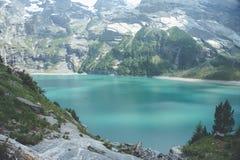 Magie alpine au lac Oeschinen - vues suisses photos libres de droits