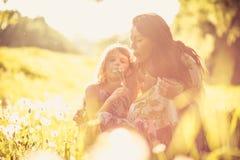 Magie de ressort Mère et fille à la nature Photos stock