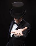 Magier, der etwas auf Palme seiner Hand hält Lizenzfreies Stockbild