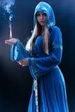 Magier, der Flamme hält stockbild