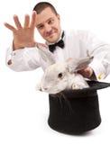 Magier, der mit einem Kaninchen beschwört Lizenzfreies Stockfoto