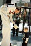 Magier, der mit einem Kind spielt Stockfotos