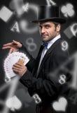 Magier, der Trick mit Spielkarten durchführt lizenzfreie stockfotos