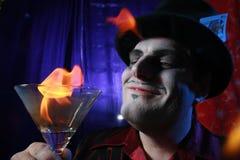 Magier mit dem Flammen von Martini Stockfotos