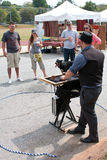 Magier unterhält Leute am Fall-Festival lizenzfreies stockfoto