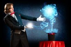 Magier verursacht die Magie aus dem Hut heraus Stockfotografie