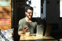 Magier, welche nach Informationen über neuen Trick im Internet sucht Lizenzfreie Stockfotos
