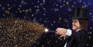 Magik chłopiec wskazuje kopiować przestrzeń z magiczną różdżką z hardhat obrazy stock
