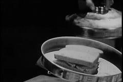 Magika spełniania magiczny akt z kanapką i gotującym kurczakiem zdjęcie wideo