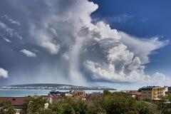 Magisch bewolkt patroon in de hemel over het blauwe overzees in de baai van de Zwarte Zee van de stad van Gelendzhik royalty-vrije stock afbeelding