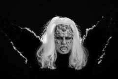 Magisch en geheimzinnigheid concept Draak met witte ogen en scherpe doornen op gezicht royalty-vrije stock afbeelding