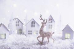 Magisch Kerstmisdocument dorp De winter achtergrondlandschap met huizen, bomen, herten op ijzige blauwe achtergrond royalty-vrije stock fotografie