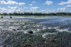 Magisch landschap van regenwoud en rivier met rotsen stock fotografie