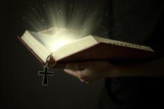 Magisch licht van heilige bijbel Stock Fotografie