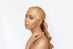Magisch meisjesportret met gouden huid Gouden creatieve make-up, close-upportret in studioschot, kleur Stock Foto's