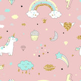 Magisch ontwerp naadloos patroon met eenhoorn, regenboog, harten, wolken Royalty-vrije Stock Foto's