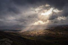 Magisch straal die van licht neer op landschap glanzen stock foto
