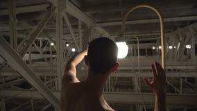 Magisch van licht De Unclothedmens in zonnebril bewondert gloeilampen stock footage