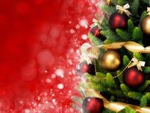 Magisch verfraaide Kerstboom met ballen, linten en slingers op een vage rode glanzende en feeachtergrond Stock Foto's