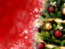 Magisch verzierter Weihnachtsbaum mit Bällen, Bändern und Girlanden auf einem unscharfen roten glänzenden und feenhaften Hintergr Stockfotos