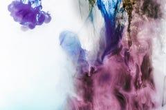 magische achtergrond met violette en purpere rokerige verf royalty-vrije stock afbeelding