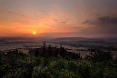 Magische Ansicht des Sonnenuntergangs von einem Ausblickturm Maly Chlum Stockfoto
