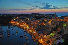 Magische Ansichten einer Nachtstadt auf der Insel von Procida stockfotos