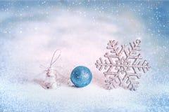 Magische blauwe Kerstmis en Nieuwjaarachtergrond met met sneeuwvlok Stock Foto