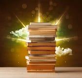Magische boeken met straal van magische lichten en kleurrijke wolken Royalty-vrije Stock Afbeelding