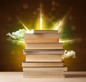 Magische boeken met straal van magische lichten en kleurrijke wolken Stock Foto