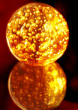 Magische brennende Kristallkugel Lizenzfreie Stockfotos