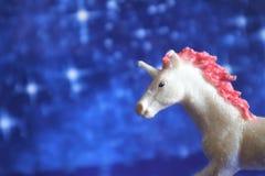 Magische eenhoorn op een blauwe backgroun royalty-vrije stock afbeeldingen