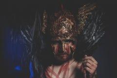 Magische, gebaarde mensenstrijder met metaalhelm en schild, wildernis Vi Royalty-vrije Stock Foto's