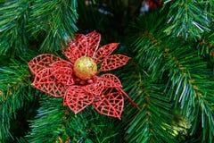 Magische Kerstboom rode bloem op een kunstmatige dichte Nieuwjaar` s boom Royalty-vrije Stock Afbeeldingen