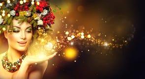 Magische Kerstmis Schoonheidsmodel over vakantie vage achtergrond royalty-vrije stock foto's