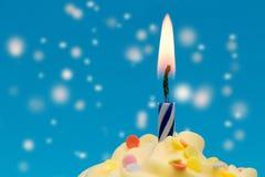 Magische Kerzennahaufnahme des kleinen Kuchens Stockfoto
