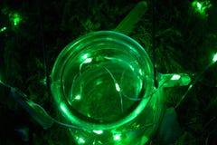 Magische ketel op groene achtergrond met mos en glimworm en mist en rook en bokeh royalty-vrije stock foto