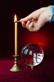 Magische Kugel und Kerze. Stockbilder