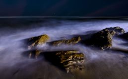 Magische lange blootstellingsgolven bij Rishikonda-strand, Vizag, India royalty-vrije stock foto