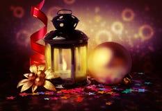 Magische Laterne und Weihnachtsdekorationen auf abstraktem Hintergrund Lizenzfreie Stockfotografie