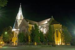 Magische middeleeuwse kerk dichtbij groen park bij nacht Stock Foto