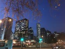 Magische Nacht im Santiago-Stadtzentrum lizenzfreie stockbilder