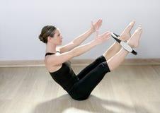 Magische pilates schellen Frau Aerobics-Sportgymnastik lizenzfreie stockfotografie