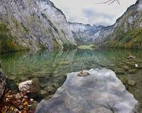 Magische Reflexion im deutschen See Koenigssee Stockbilder